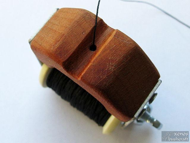 Инструмент за сървинг - Улеят за тетивата с отвора