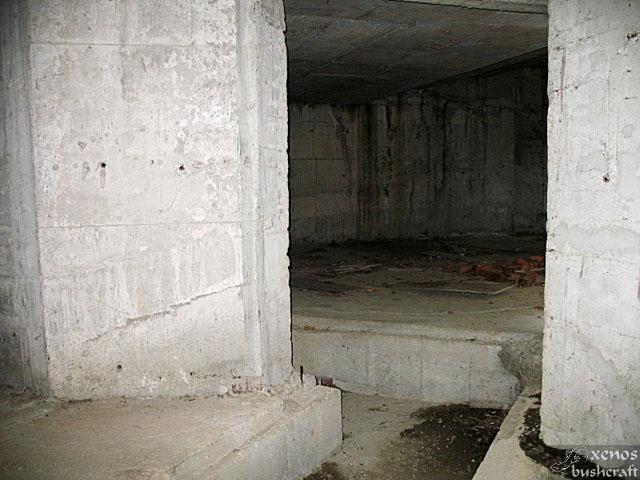 Сутерена. Мрачни зали и широки траншеи за отoплителни и канализационни системи.