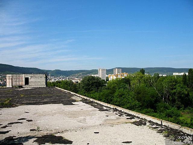 Айде на покрива сме вече. Пред нас са блоковете на Студентски общежития.