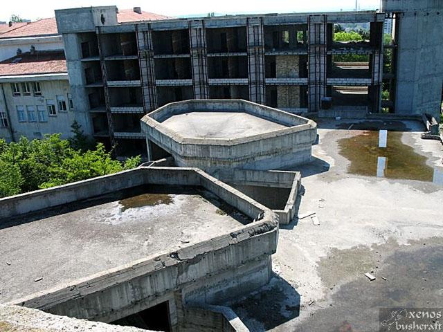 Тези две части на сградата, в които се помещават амфитеатралните аудитории, ми приличат на кули-бойници. Как никой не се е сетил да поиграе пейнтбол тук.