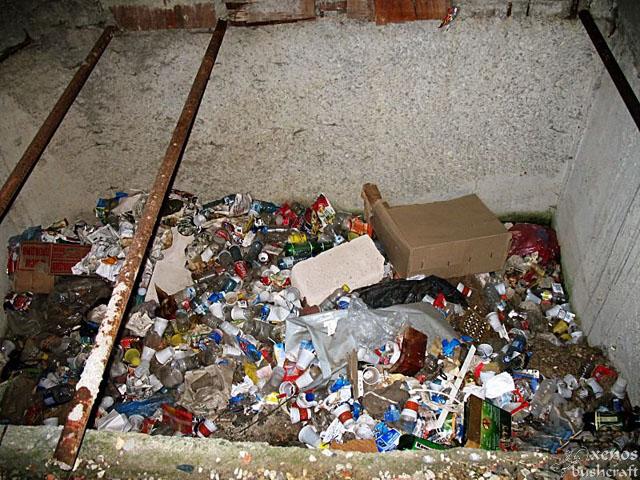 """И като че ли не стига цялата мръсотия и занемареност на строежа, някой е решил да си изхвърля тук и боклука. Така като гледам е от някое барче в околностите. Вероятно \""""Тройката\"""". Това е по-лесно от ходенето до контейнерите за смет в задния двор."""