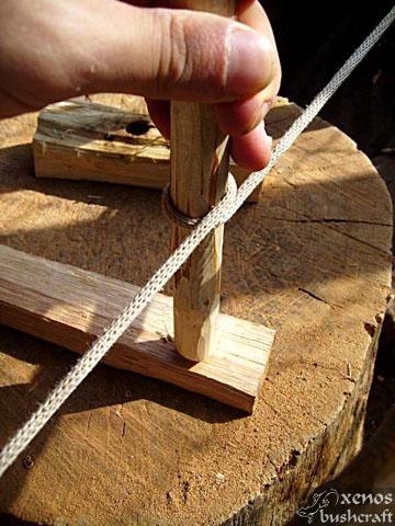 Bow Drill - Поставяме по-заобления край на вретеното в в дупката на дъската