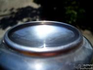 Палене на огън с помоща на кутия от безалкохолна напитка - Полираното дъно на кутията.